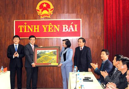 Chủ tịch UBND tỉnh Phạm Thị Thanh Trà tặng bức tranh Danh thắng quốc gia Ruộng bậc thang Mù Cang Chải cho đoàn công tác Đại sứ Hàn Quốc.