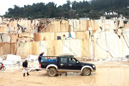 Khai thác đá hoa trắng ở Lục Yên.