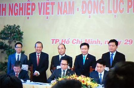 Lễ ký cam kết về việc tạo môi trường kinh doanh tốt nhất cho doanh nghiệp ở địa bàn thành phố Hà Nội và thành phố Hồ Chí Minh với VCCI.