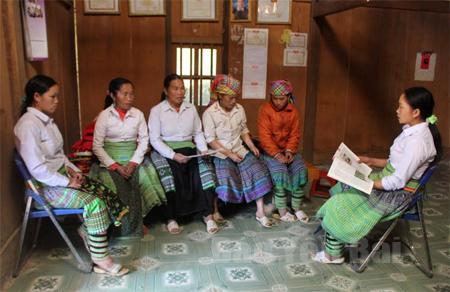 Chi hội Phụ nữ bản Tà Xùa, xã Bản Công, huyện Trạm Tấu trao đổi kinh nghiệm trong thực hiện chính sách dân số - kế hoạch hoá gia đình.