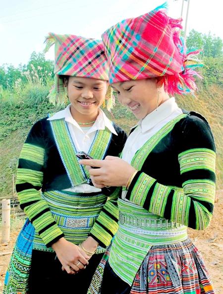 Điện thoại di động được bà con vùng cao sử dụng ngày càng phổ biến.