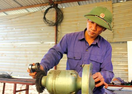 Thượng úy Nguyễn Tiến Dũng luôn tìm tòi nghiên cứu cải tiến kỹ thuật.
