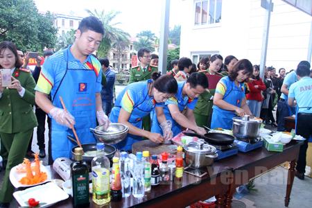 Một buổi thi nấu ăn do Hội Phụ nữ Công an tỉnh tổ chức thu hút đông đảo cán bộ, chiến sỹ tham gia.