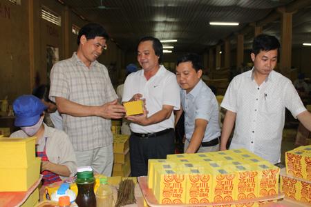 Lãnh đạo Đảng ủy Khối Doanh nghiệp tỉnh trao đổi công việc sản xuất kinh doanh với các doanh nghiệp.