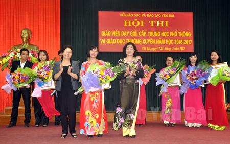 Cô giáo Thiều Thị Thu Dung (giữa) nhận giải Nhất của Hội thi giáo viên dạy giỏi cấp THPT và Giáo dục thường xuyên tỉnh năm 2017.