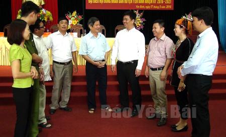 Các đồng chí lãnh đạo huyện Yên Bình trao đổi với cán bộ đảng viên Đảng bộ thị trấn Yên Bình về triển khai thực hiện Nghị quyết Trung ương 4 (khóa XII) về xây dựng, chỉnh đốn Đảng.