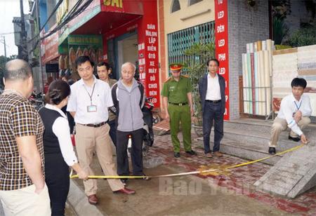 Đoàn công tác phường Yên Ninh, thành phố Yên Bái đo đạc, xác định hành lang vỉa hè trên đường Điện Biên.