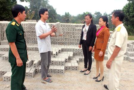 Cơ sở sản xuất gạch bê tông của gia đình ông Bùi Văn Vi, thôn 3 có thu nhập trên 100 triệu đồng/năm.
