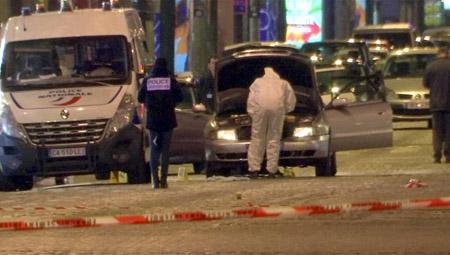 Cảnh sát kiểm tra chiếc xe đã bị kẻ sát nhân sử dụng để thực hiện vụ sả xúng (Ảnh: Reuters)