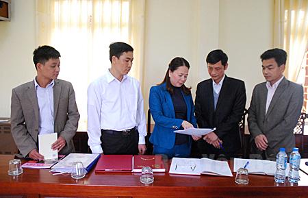 Lãnh đạo Ủy ban Kiểm tra Huyện ủy Văn Yên, trao đổi nghiệp vụ công tác kiểm tra, giám sát.