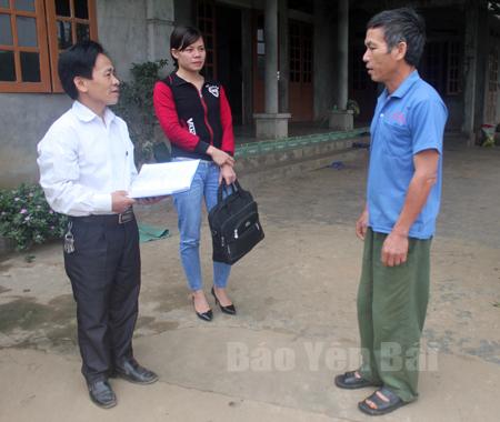 Cán bộ Phòng LĐTB&XH huyện Yên Bình gặp gỡ gia đình có người tham gia xuất khẩu lao động.