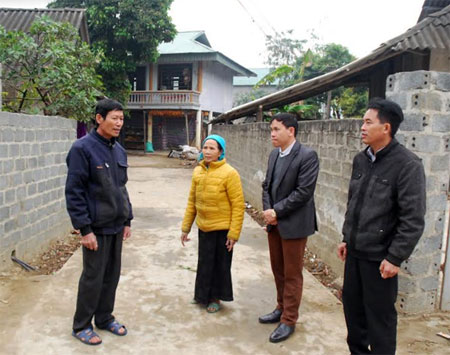 Đồng chí Vì Văn Điến (bên trái) trao đổi với lãnh đạo xã Thanh Lương về nhiệm vụ phát triển kinh tế của thôn Bản Lào.