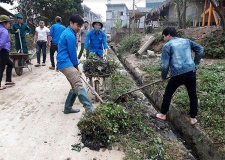 Đoàn viên thanh niên huyện Yên Bình tham gia quét dọn, khơi thông cống rãnh trên các trục đường giao thông.