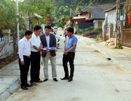 Lãnh đạo huyện Trạm Tấu kiểm tra chất lượng thi công các tuyến đường bê tông ở thị trấn Trạm Tấu.
