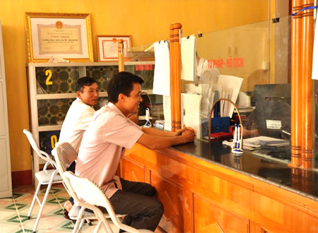Giao dịch một cửa tại xã Đông Cuông, huyện Văn Yên.