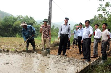 Các đồng chí lãnh đạo Huyện ủy, UBND huyện Văn Yên thăm công trình bê tông hóa đường giao thông nông thôn tại xã Yên Hợp.