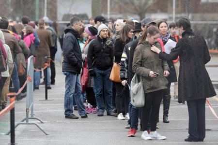 Các công dân Pháp xếp hàng để bỏ phiếu bầu cử Tổng thống ở Pháp tại trường Cao Đẳng Stanislas ở Montreal, Quebec, Canada, ngày 22-4-2017.