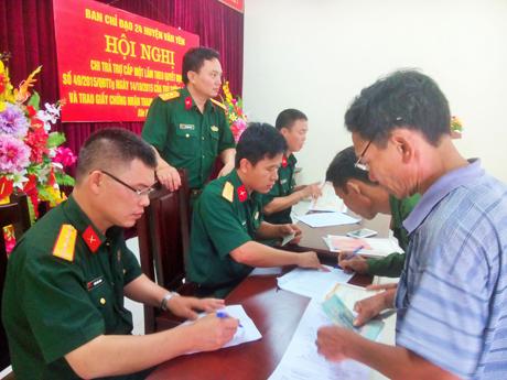 Ban CHQS huyện Văn Yên tổ chức chi trả chế độ trợ cấp một lần theo Quyết đinh 49 của Thủ tướng Chính phủ. Ảnh: Đức Long