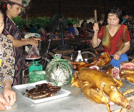 Thực phẩm sống chín bày bán chưa đảm bảo vệ sinh an toàn thực phẩm.