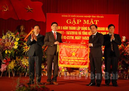 Đồng chí Tạ Văn Long - Phó Chủ tịch Thường trực UBND tỉnh (thứ hai bên phải) trao cờ thi đua cho Đảng ủy Khối Doanh nghiệp tỉnh.