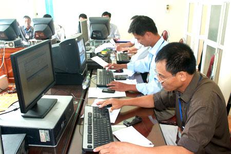 Cán bộ Chi cục Thuế huyện Trấn Yên quản lý doanh nghiệp và người nộp thuế trên mạng.