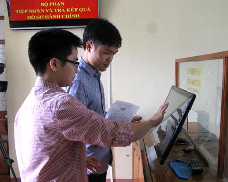 Tra cứu thông tin tại bộ phận tiếp nhận và trả kết quả huyện.