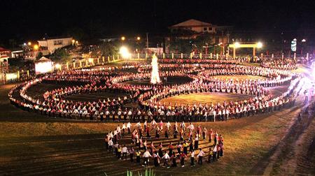 Vòng đại xòe Kỷ lục Guinness Việt Nam tại thị xã Nghĩa Lộ.
