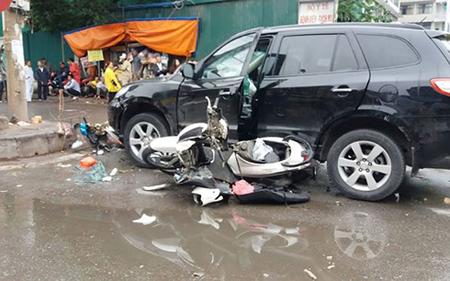 Hàng loạt xe máy bị đâm nát và cuốn vào gầm.