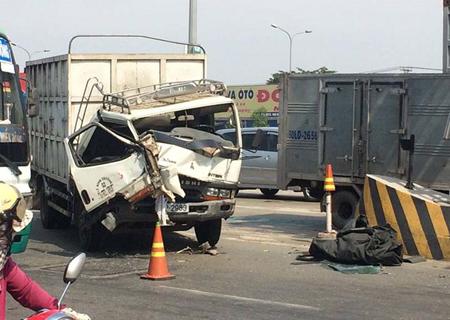 Xe tải bị móp méo phần đầu sau va chạm.