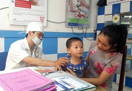 Bác sỹ Đinh Công Hiến - Phòng tiêm Safpo Yên Bái thăm khám và tư vấn trước khi tiêm.