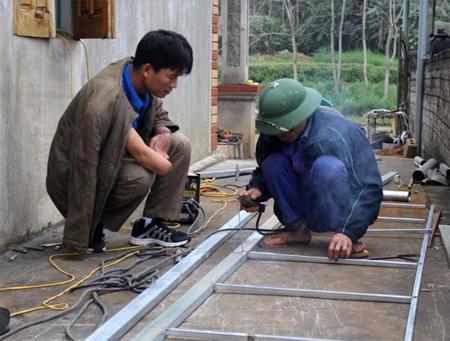 Xưởng cơ khí của anh Lê Thanh Tùng tạo việc làm cho 6 lao động thường xuyên với mức thu nhập 5 triệu đồng/tháng.