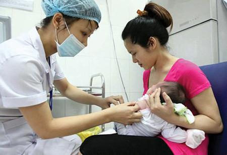 Trẻ 5 tháng tuổi sẽ được tiêm 01 mũi vaccine bại liệt tiêm IPV trong tiêm chủng mở rộng. (Ảnh minh họa.