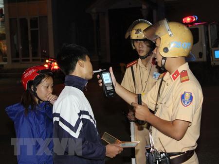 Lực lượng Cảnh sát giao thông kiểm tra nồng độ cồn chủ phương tiện.