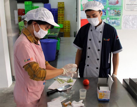 Kiểm tra đầu vào thực phẩm tại một bếp ăn tập thể.