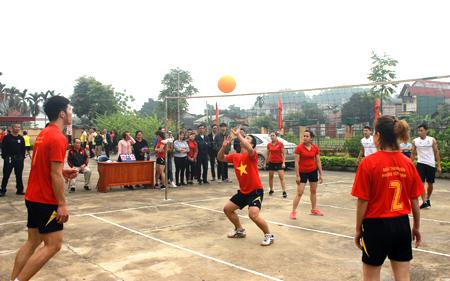 Môn bóng chuyền hơi ngày càng thu hút đông đảo người dân tham gia luyện tập.