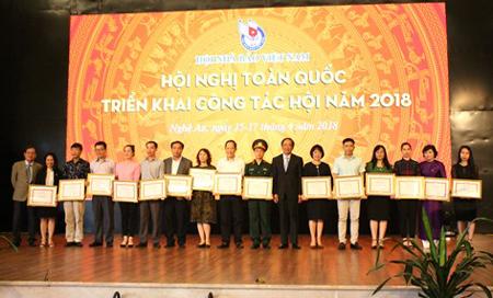Các Phó Chủ tịch HNBVN Mai Đức Lộc và Nguyễn Bé trao Bằng khen cho các tập thể có thành tích xuất sắc năm 2017.