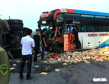 Hiện trường vụ tai nạn giữa xe khách giường nằm và xe tải chở gạch