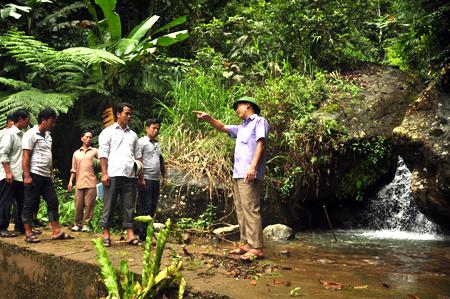 Lãnh đạo huyện Mù Cang Chải cùng cán bộ các phòng chuyên môn khảo sát nguồn nước phục vụ người dân bản Mú Cái Hồ.
