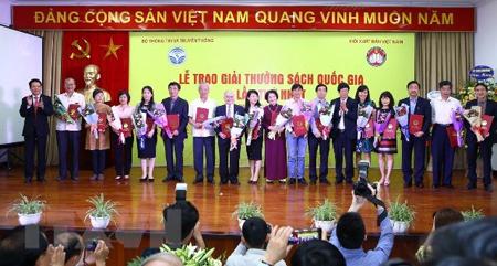 Lễ trao Giải thưởng Sách Quốc gia lần thứ nhất diễn ra sáng 19/4 tại Hà Nội.