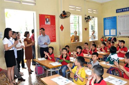 Đồng chí Dương Văn Tiến cùng đoàn công tác kiểm tra tại Trường Tiểu học Kim Đồng, thị trấn Yên Bình.