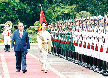 Tổng thống nước CHLB Myanmar Aung San Suu Kyi duyệt Đội danh dự Quân đội Nhân dân Việt Nam.