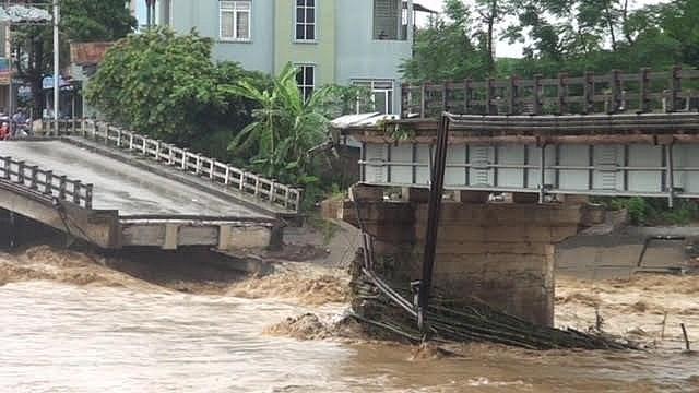 Mưa lũ đã gây thiệt hại nặng nề về người và tài sản của Nhà nước và nhân dân. Ảnh: Nhịp cầu Thia (thị xã Nghĩa Lộ) bị gãy trong trận mưa lũ lịch sử ngày 11/10/2017.