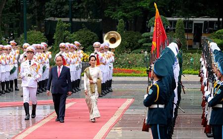 Nhận lời mời của Thủ tướng Chính phủ Nguyễn Xuân Phúc, ngày 19/4, Cố vấn Nhà nước, Bộ trưởng Bộ Ngoại giao và Bộ trưởng Văn phòng Tổng thống nước Cộng hòa Liên bang Myanmar Aung San Suu Kyi thăm chính thức Việt Nam từ ngày 19-20/4/2018. Trong ảnh, lễ đón chính thức bà Aung San Suu Kyi diễn ra trọng thể tại Phủ Chủ tịch vào chiều 19/4.