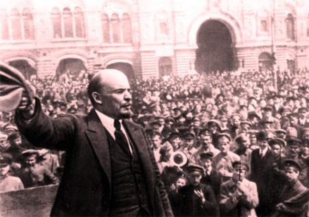 V.I.Lênin đọc diễn văn tại Quảng trường Đỏ ở Mátxcơva trước các đơn vị tham gia khóa huấn luyện quân sự toàn dân, ngày 25/5/1919.
