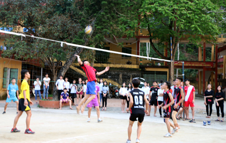 Học sinh Trường Phổ thông Dân tộc nội trú THPT tỉnh chơi bóng chuyền.
