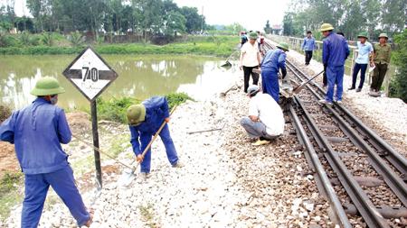 Công nhân ngành đường sắt kiểm tra, sửa chữa đường ray đảm bảo an toàn chạy tàu. (Ảnh minh hoạ)
