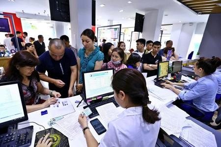 Khách hàng đến đăng ký thông tin thêu bao di động tại điểm giao dịch của Mobifone khu vực phố Xã Đàn.