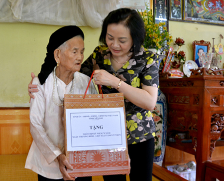 Đồng chí Bí thư Tỉnh ủy Phạm Thị Thanh Trà thăm hỏi, tặng quà Mẹ Việt Nam anh hùng.