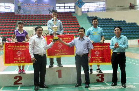 Ban tổ chức trao cúp cho đoàn Sở Nông nghiệp và Phát triển nông thôn giành giải Nhất toàn đoàn.