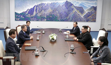 Tổng thống Hàn Quốc Moon Jae-in (thứ 2, trái) và nhà lãnh đạo Triều Tiên Kim Jong-un (thứ 2, phải) tại cuộc hội đàm ở Nhà Hòa bình, làng đình chiến Panmunjom ngày 27/4.